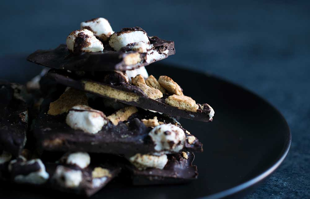 A photo of the finished s'mores bark dessert.