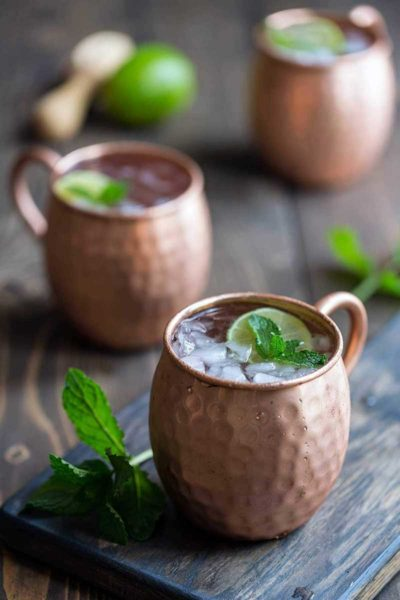 Moscow mule recipe in two copper mugs