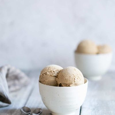 Gingerbread ice cream recipe served in two bowls