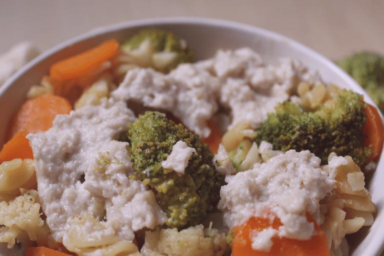 """Découvrez la technique du """"one pot pasta"""". Il s'agit d'un plat de pâtes healthy, prêt en 20 minutes, avec peu de préparation et utilisant seulement une casserole. Les variations sont infinies. INCLUS: 3 idées de combinaisons de légumes pour votre plat de pâtes."""