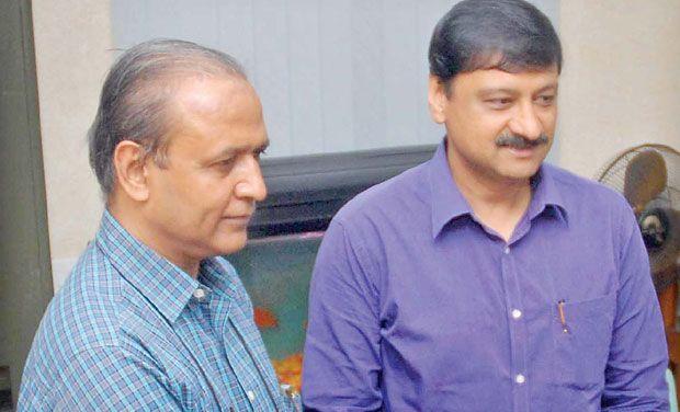 முந்தைய தேர்தல் அதிகாரி பிரவீன் குமார் மற்றும் தற்போதைய தேர்தல் அதிகாரி சந்தீப் சக்சேனா