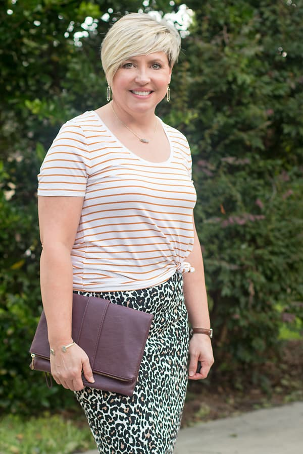 striped tee with leopard skirt outfit