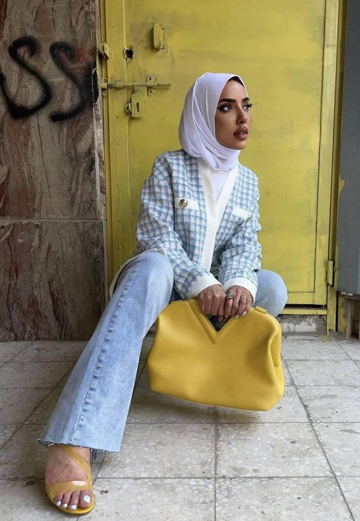 عائشة العقيل بتصميم مربعات زرقاء - صورة من حسابها على Instagram