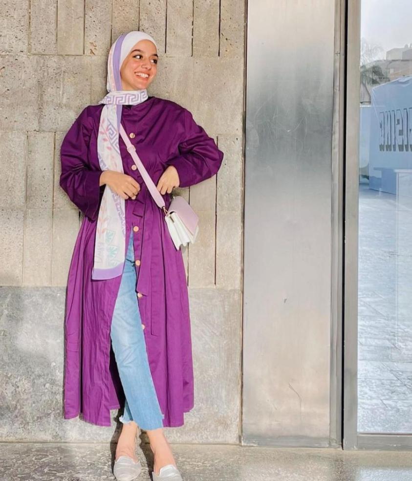 فستان مفتوح مع الجينز من سمية عادل -الصورة من الانستغرام