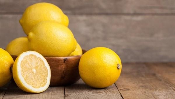 الليمون لإزالة بقع الدم