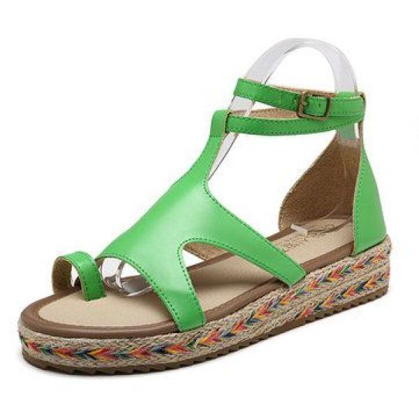 حذاء باللون الأخضر لإطلالة على البحر