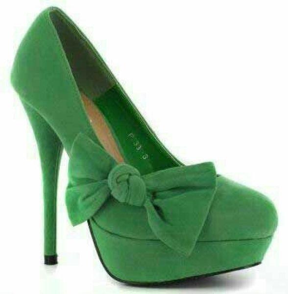 حذاء باللون الأخضر يناسب السهرات