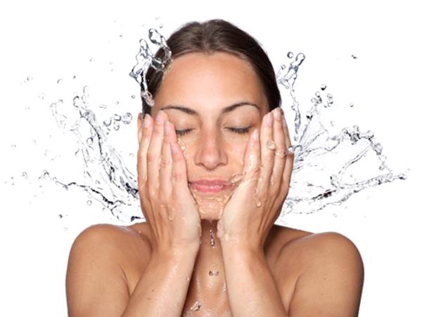 اشطفي وجهكِ بالماء الدافىء ثم البارد