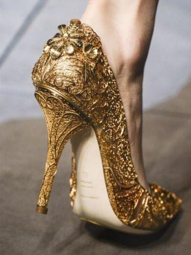 حذاء العروس باللون الذهبي