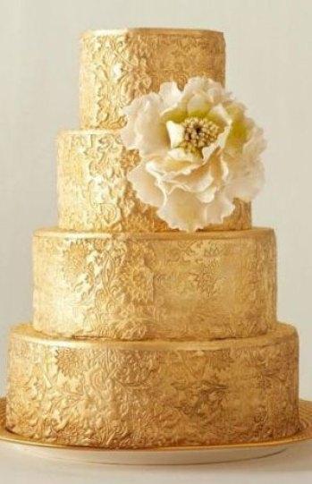كيك الزفاف باللون الذهبي