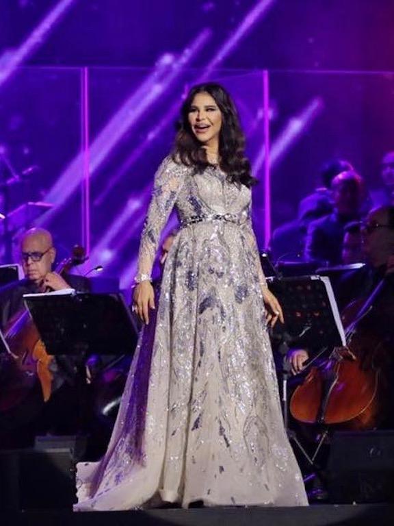 أحلام في السعودية في فستان باللون الفضي