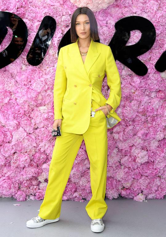 بيلا حديد تختار بدلة باللون الأصفر