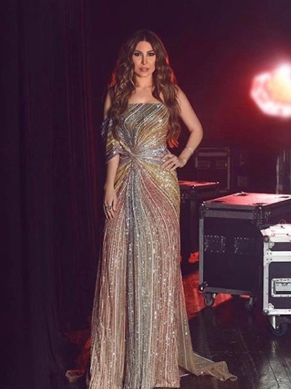 يارا في فستان ملون براق من لابورجوازي