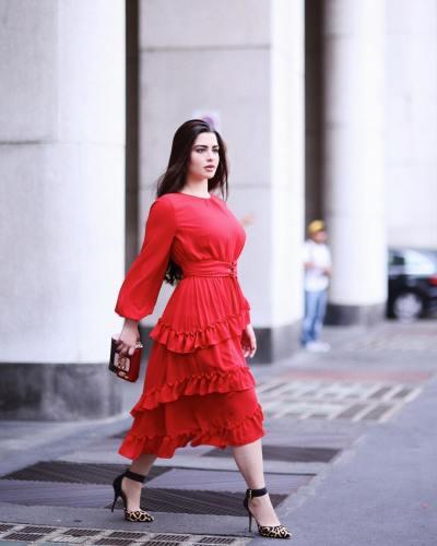 فستان أحمر مزين بالكشكش تألقت به روان