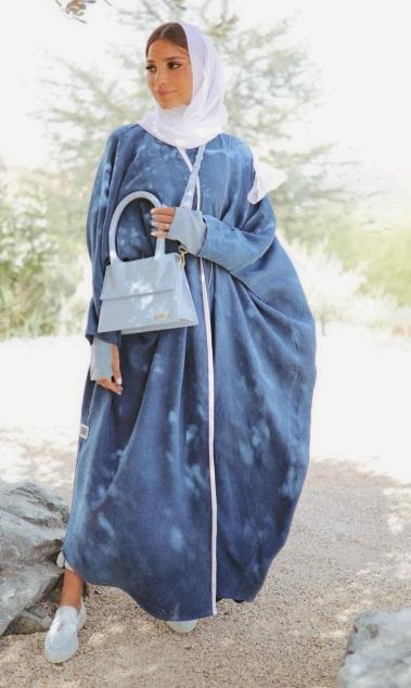 3 عباية البشت الازرق من فاطمة حسام -الصورة من الانستغرام