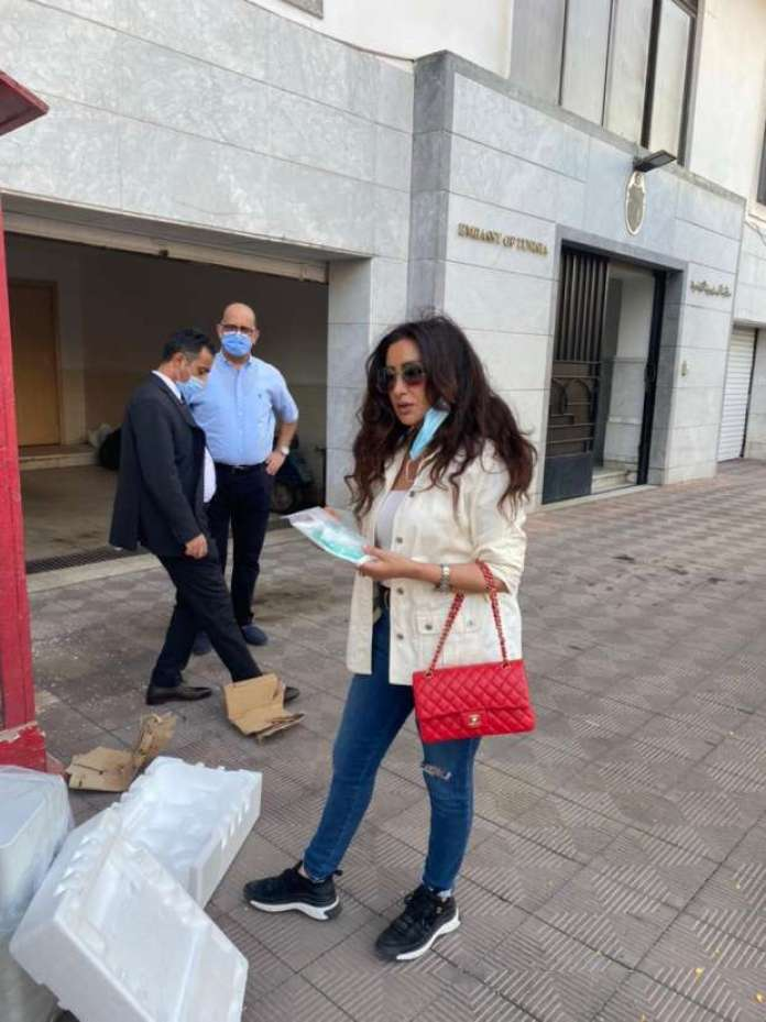 Latifa Al-Arfawi in front of the Tunisian embassy in Egypt, while delivering 100 oxygen devices to be shipped to Tunisia. Photo from Latifa's website on Facebook.jpg