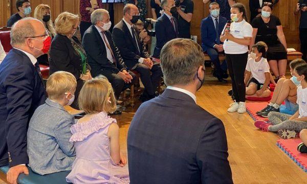 حضور المشروع يستمعون لأحد الأطفال- الصورة من موقع New my royals
