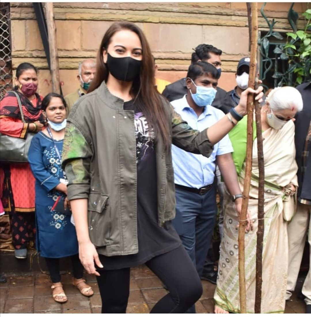سوناكشي سينها تزرع شجرة- الصورة من حساب سوناكشي سينها على إنستغرام