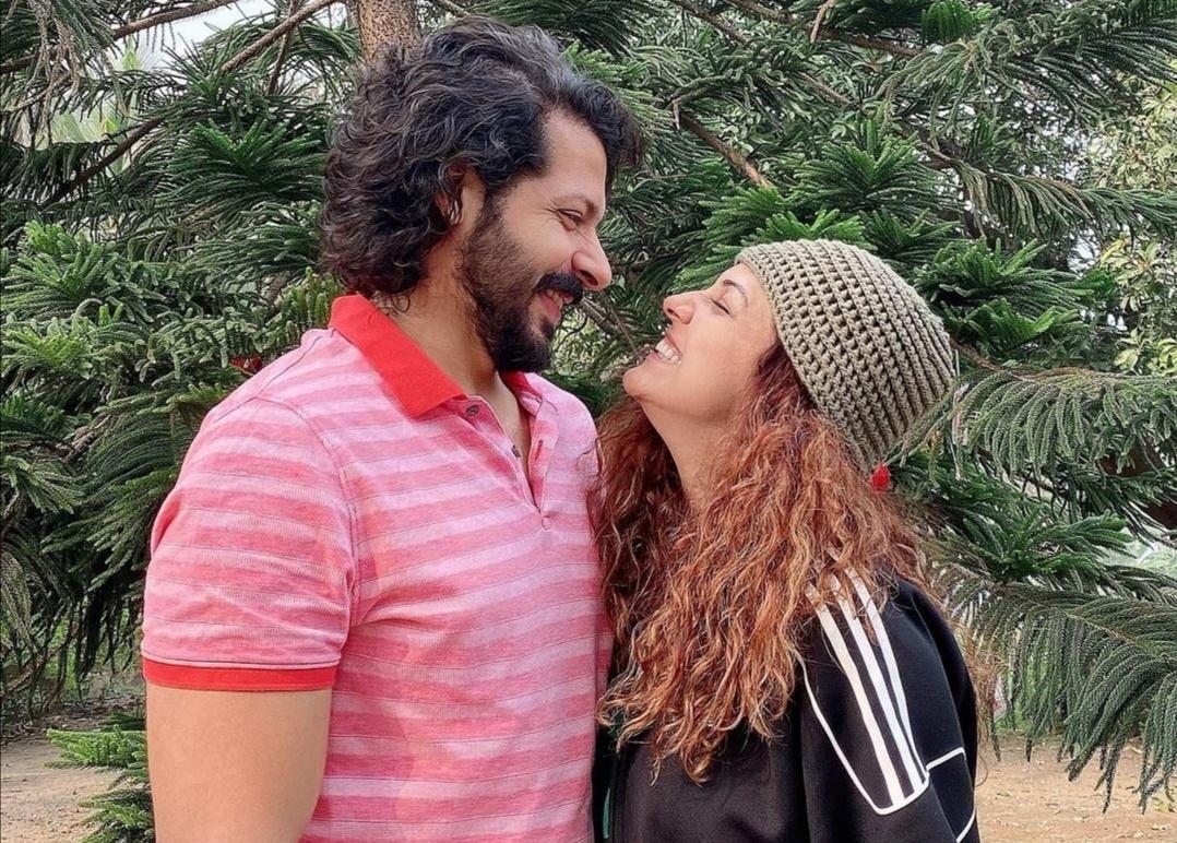 نيتي موهان وزوجها نيهار بانديا ي- الصورة من حساب نيتي موهان على إنستغرام