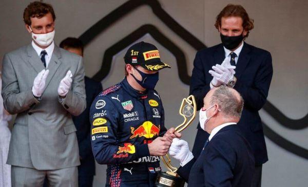 الأمير ألبرت يسلم الكأس للفائز الهولندي ماكس فرستابن- الصورة من موقع New my royals
