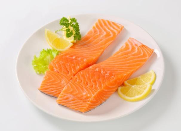 سمك السلمون أحد مصادر فيتامين د