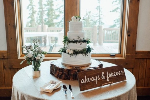 تزيين طاولة كعكة الزفاف بالأخشاب الطبيعية
