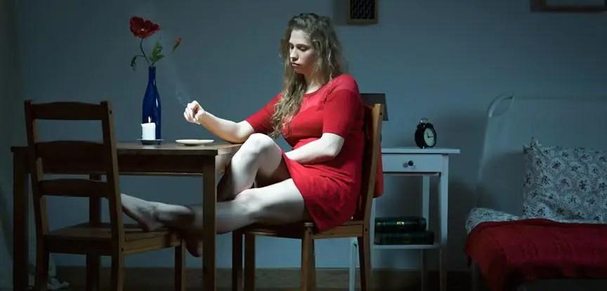 mulher jantando sozinha