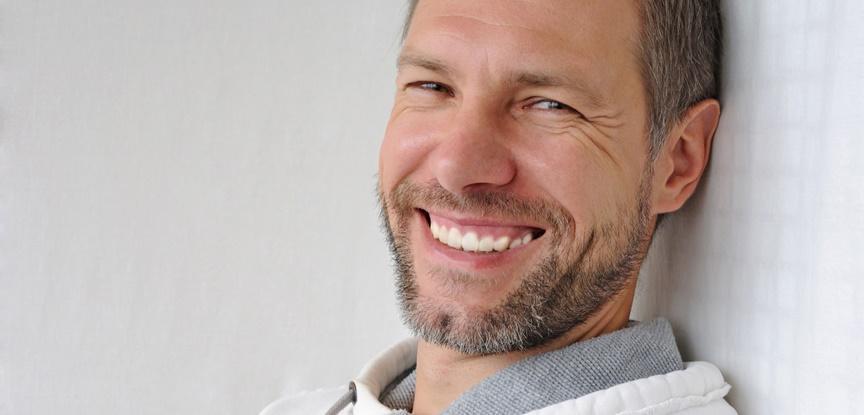 homem maduro sorrindo feliz