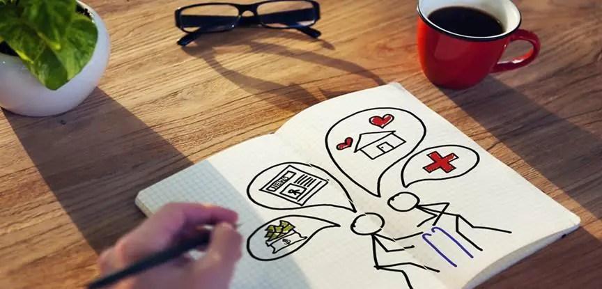 pessoa desenhando planejamento pessoal em caderno