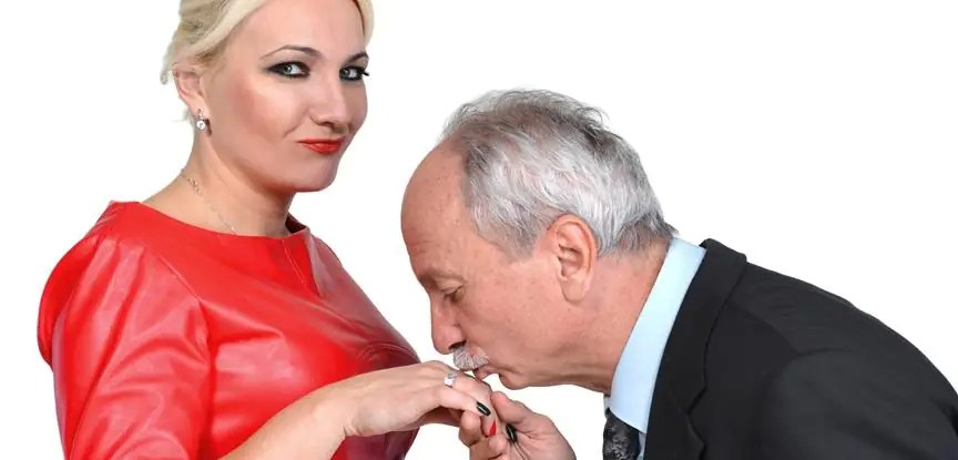homem beijando mão de mulher mais nova