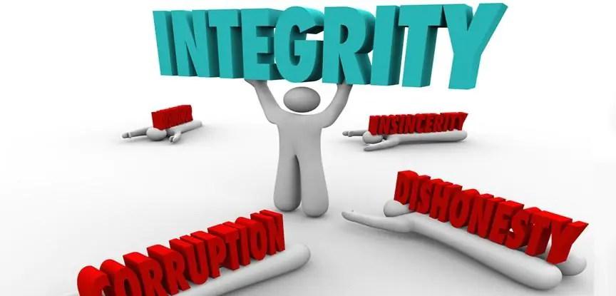 boneco segurando a palavra integridade