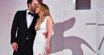 Venezia 78, Jennifer Lopez e Ben Affleck: red carpet al bacio