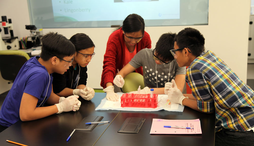 WSD science students visit Youth BioLab