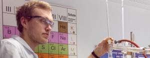 Karl Förste absolviert im Staatlichen Berufsbildenden Schulzentrum in Jena-Göschwitz derzeit die Ausbildung zum chemisch-technischen Assistenten. Zum Berufsinformationstag am vergangenen Sonnabend waren seine Erfahrungen und seine Experimentierkünste gefragt. Foto: Annett Eger