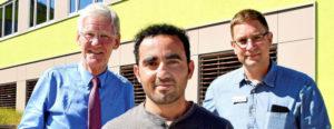 Ahmad Zaki Farooqi mit dem stellvertretenden Schulleiter Frank Weingart (rechts) und Stadtrat Volker Blumentritt im Berufsschulzentrum Göschwitz. Foto: Michael Groß