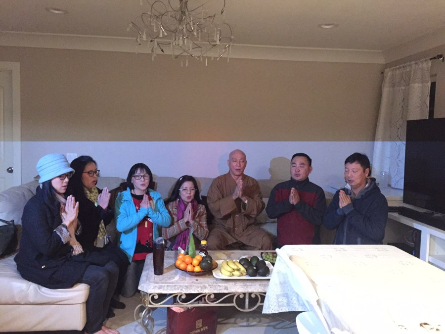 Hình chụp nhóm với vệt sáng trắng vào cuối thời niệm Phật