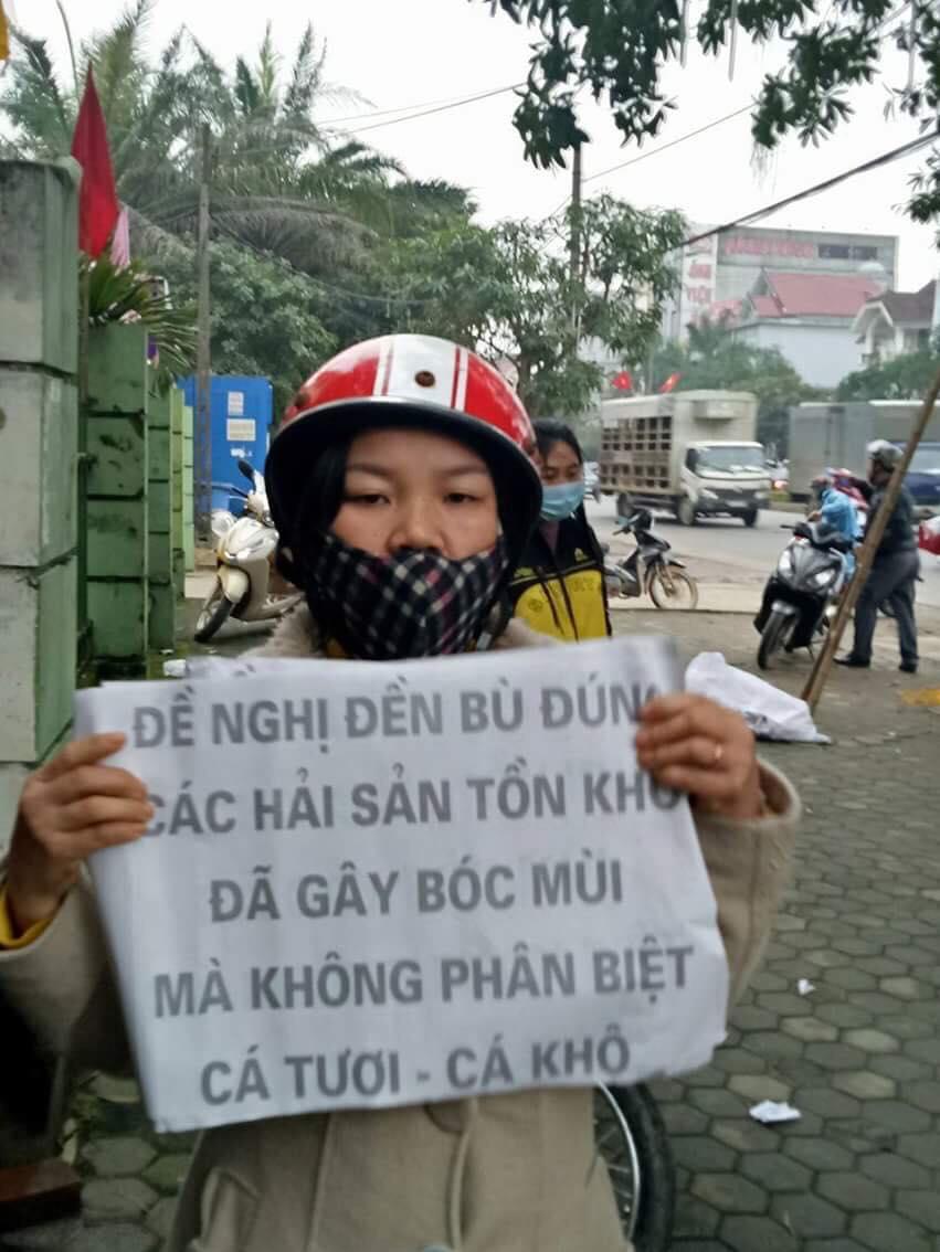 Tiểu thương huyện Lộc Hà kéo lên trụ sở Ủy ban nhân dân tỉnh Hà Tĩnh  yêu cầu bồi thường. Ảnh: Facebook