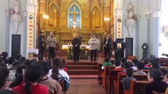 Các nhà lãnh đạo Công Giáo đến thăm và khích lệ tinh thần Linh Mục Nguyễn Đình Thục và giáo dân xứ Song Ngọc