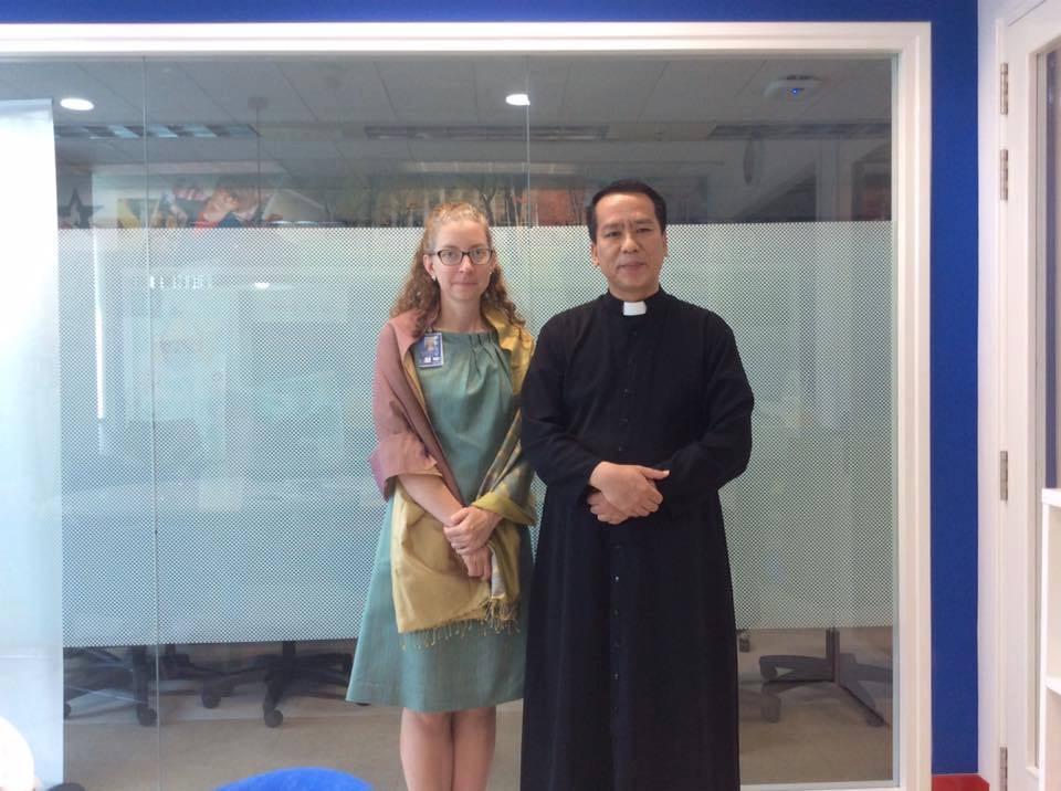 Linh mục Nguyễn Duy Tân gặp viên chức Toà Đại Sứ Hoa Kỳ