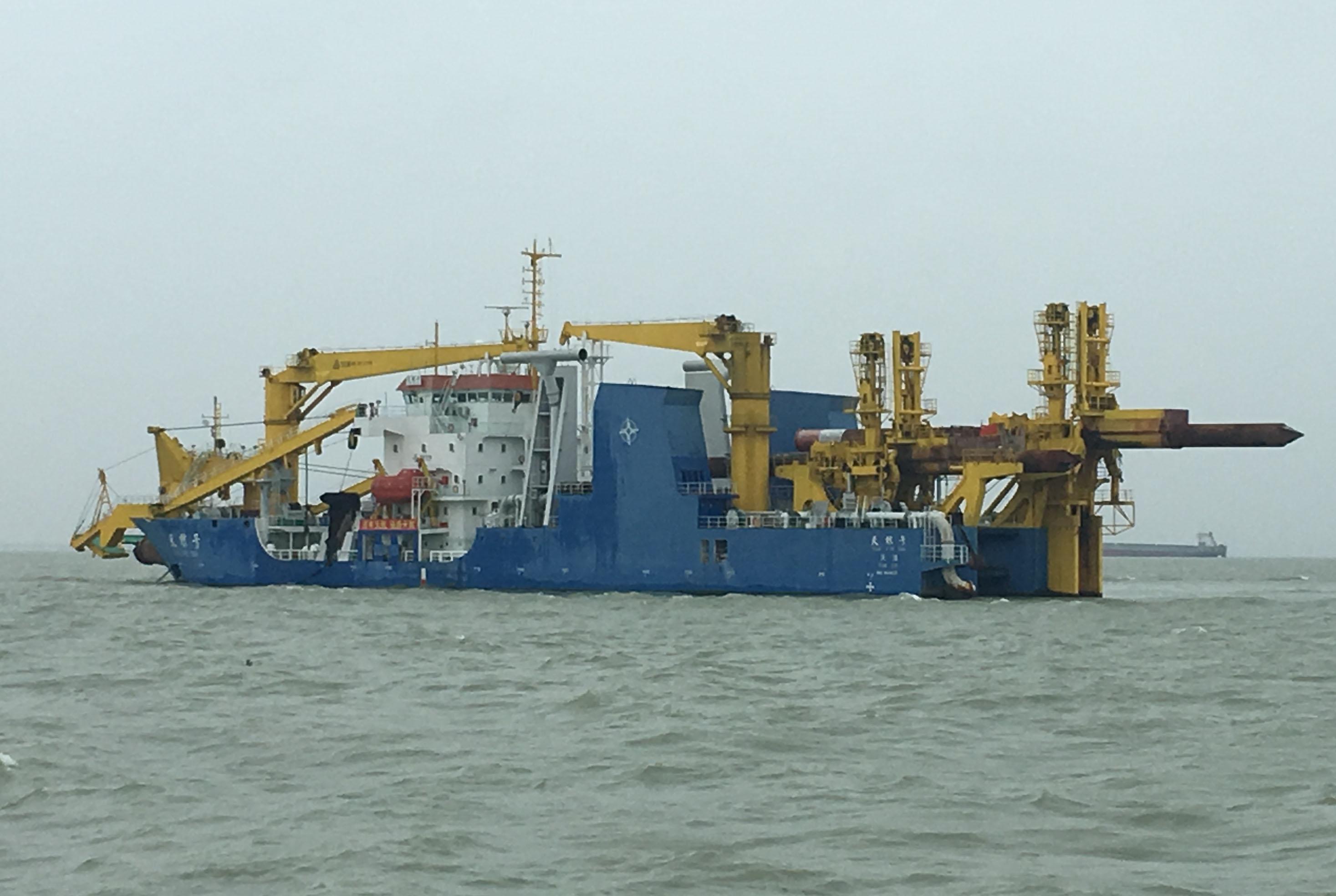 Trung Cộng đóng thêm tàu nạo vét khổng lồ để đắp đảo ở Biển Đông