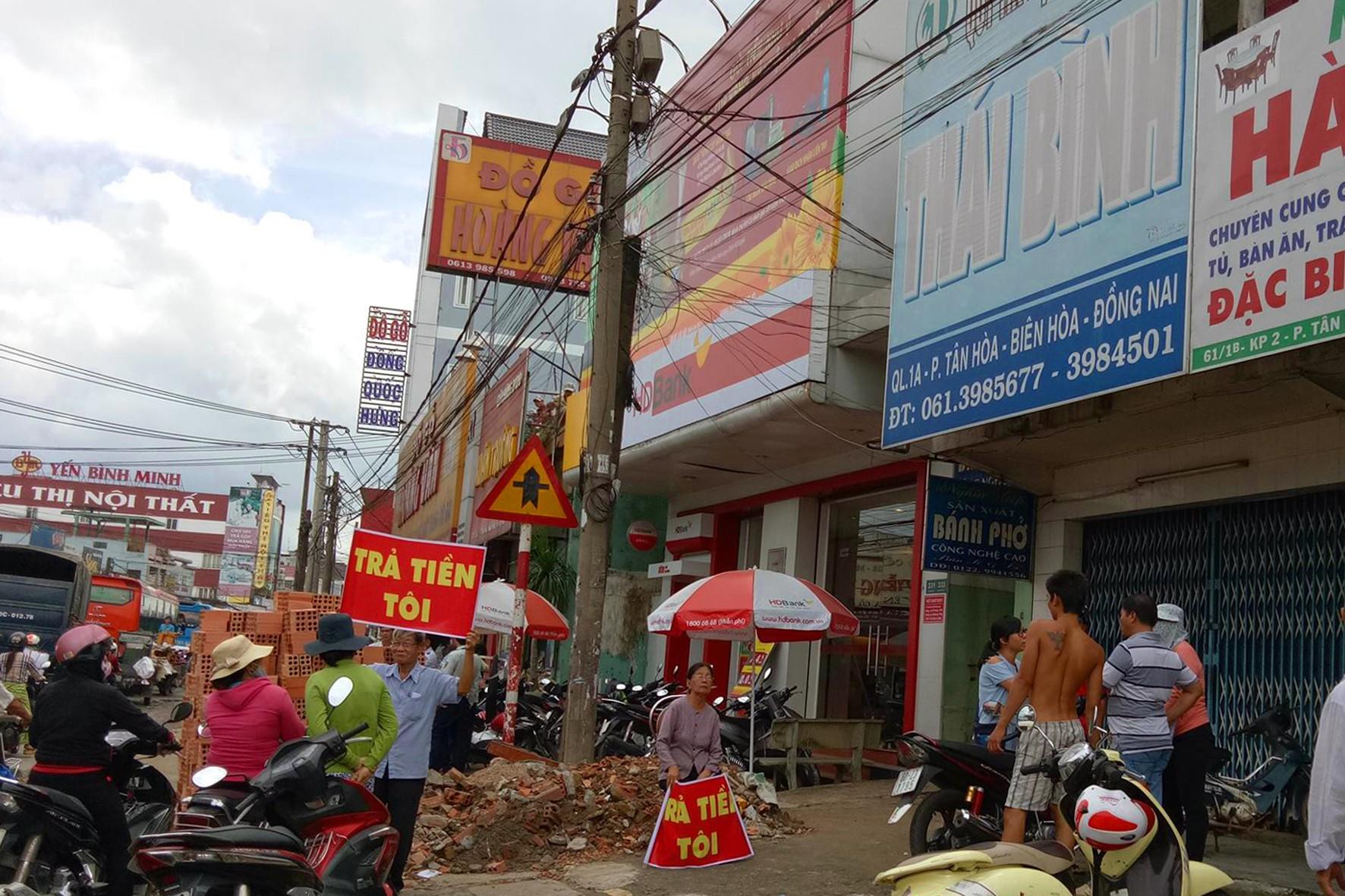 Giám đốc quỹ tín dụng ở Biên Hòa bỏ trốn, dân biểu tình