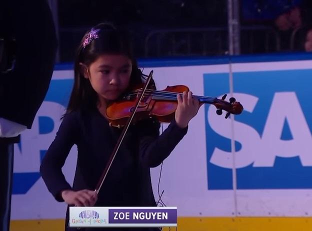 Bé gái gốc Việt 10 tuổi thôi miên cầu trường New York bằng màn độc tấu violin quốc thiều Hoa Kỳ