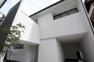 外観 外壁が前傾したユニークな形状