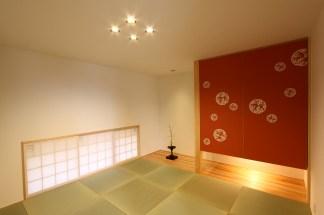 2F和室 畳はへりなし畳市松模様敷き込み。京からかみを用いた押入れ。太鼓張りした内障子。