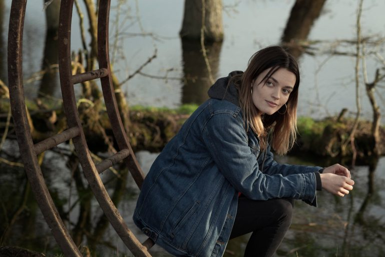 """Com estrela de """"Sex Education"""", """"O Segredo do Lago"""" mostra um adolescente que descobre verdades perturbadoras sobre seus vizinhos"""