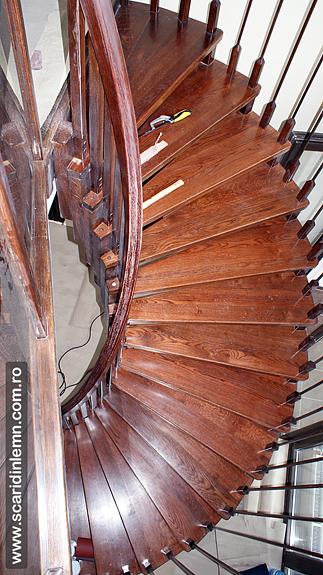 scara din lemn in spirala pe vanguri cu trepte suspendate pe corzi
