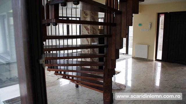 preturi scari interioare din lemn pe vang, cu trepte de lemn suspendate pe corzi