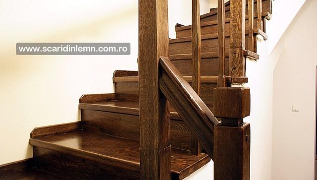 scara interioara cu trepte de lemn masiv placate mana curenta si balustrii