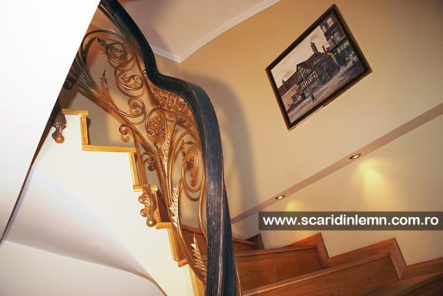 Scara interioara din lemn masiv cu mana curenta continua curbata