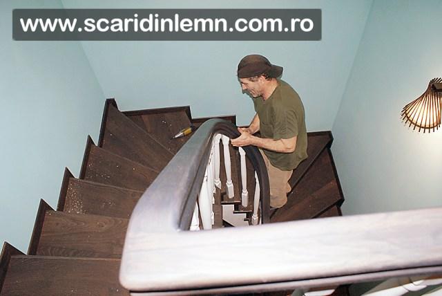 montaj mana curenta lemn curbat cu balustri albi scara interioara din lemn masiv